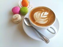 kopp kaffe och makron på vit Royaltyfri Bild