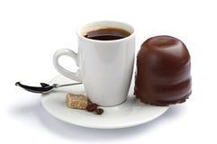 Kopp kaffe och marshmallower med choklad Royaltyfri Fotografi