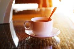 Kopp kaffe och maträtt av bröd på frukosttabellen i morgonen Royaltyfri Fotografi