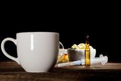 Kopp kaffe och preventivpillerar Royaltyfri Fotografi