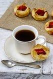 Kopp kaffe och små kakor Arkivbilder