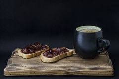 Kopp kaffe och smörgås med driftstopp Royaltyfria Bilder
