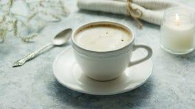 Kopp kaffe och stearinljus royaltyfri fotografi