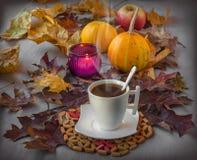 Kopp kaffe på allhelgonaafton Arkivbild