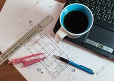 Kopp kaffe på bärbara datorn med konstruktionsplan Fotografering för Bildbyråer