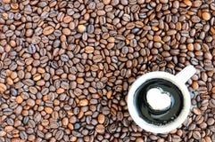 Kopp kaffe på bönor för ett bakgrundskaffe Dag för kaffevalentin` s Fotografering för Bildbyråer