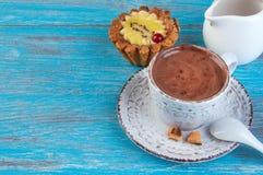 Kopp kaffe på blå bakgrund Royaltyfri Foto