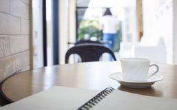Kopp kaffe på coffee shop arkivfoton