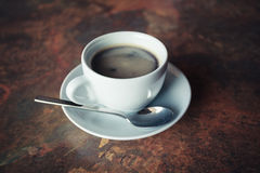Kopp kaffe på den lantliga tabellen Fotografering för Bildbyråer