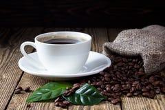 Kopp kaffe på den trälantliga tabellen royaltyfria foton