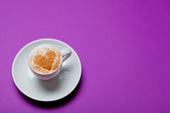 kopp kaffe på den underbara purpurfärgade bakgrunden Arkivbilder