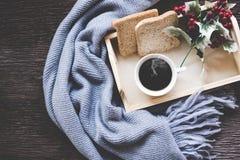 Kopp kaffe på det lantliga träportionmagasinet i den hemtrevliga vintern med filten Sticka den varma trätröjan i vinterhelgen, royaltyfri fotografi