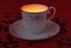 Kopp kaffe på en röd bakgrund Arkivfoton