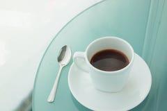 Kopp kaffe på en spegeltabell, kontor Royaltyfri Fotografi