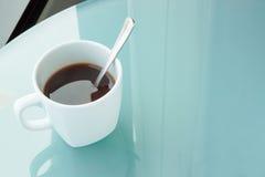Kopp kaffe på en spegeltabell, kontor Royaltyfria Foton