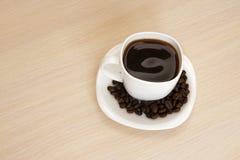 Kopp kaffe på en tabell Arkivbilder