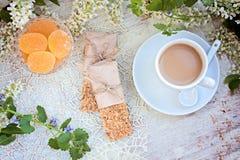 Kopp kaffe på en tabell Arkivbild