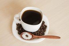 Kopp kaffe på en tabell med en träsked Royaltyfri Fotografi