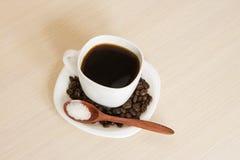 Kopp kaffe på en tabell med en träsked Arkivfoto