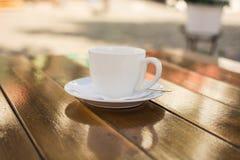 Kopp kaffe på en tabell på ett utomhus- kafé royaltyfri bild