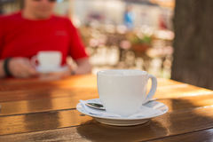 Kopp kaffe på en tabell på ett utomhus- kafé Royaltyfri Foto