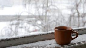 Kopp kaffe på gammal fönsterfönsterbräda på bakgrund av stock video