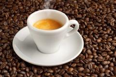Kopp kaffe på kaffebönor Royaltyfri Foto