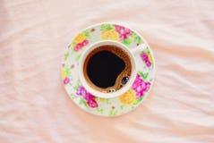 Kopp kaffe på säng Fotografering för Bildbyråer