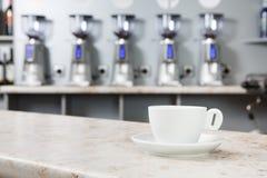Kopp kaffe på stången fotografering för bildbyråer