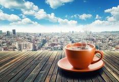 Kopp kaffe på stadsbakgrund royaltyfria bilder