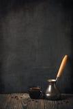 Kopp kaffe på svart tavla Arkivfoto