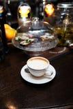 Kopp kaffe på tabellen i coffee shopkafé royaltyfria foton