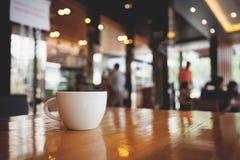 Kopp kaffe på tabellen i kafé Inte gör de ser smaskiga royaltyfri bild