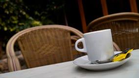Kopp kaffe på terrassen av en stång Arkivbild