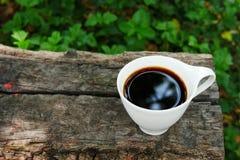 Kopp kaffe på träbakgrund med kopieringsutrymme fotografering för bildbyråer
