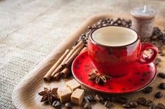 Kopp kaffe på träbakgrund som dekoreras med kryddor Royaltyfria Bilder