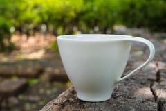 Kopp kaffe på träbakgrunds- och kopieringsutrymme arkivfoton