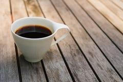 Kopp kaffe på träbakgrunds- och kopieringsutrymme royaltyfria bilder