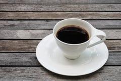 Kopp kaffe på träbakgrunds- och kopieringsutrymme arkivbild