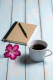 Kopp kaffe på trägolv för himmelblått Arkivfoto