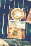 Kopp kaffe på trämagasinet Arkivfoto