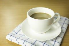 Kopp kaffe på träskrivbordet Royaltyfri Bild
