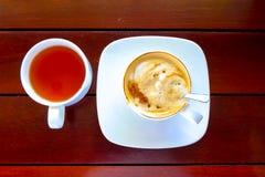 Kopp kaffe på trätabellen, bästa sikt per koppen kaffe royaltyfri bild