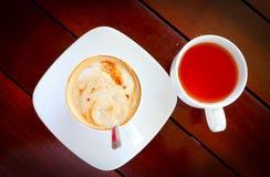 Kopp kaffe på trätabellen, bästa sikt per koppen kaffe royaltyfria bilder