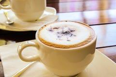 Kopp kaffe på trätabellen, bästa sikt per koppen kaffe royaltyfria foton