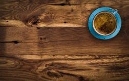 Kopp kaffe på trätabellen för mörk brunt, ovanför sikt royaltyfri bild