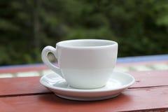 Kopp kaffe på verandan Royaltyfri Foto