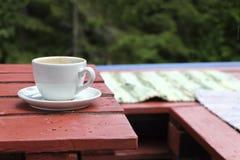 Kopp kaffe på verandan Arkivbild