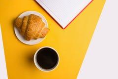 Kopp kaffe p? gul bakgrund fotografering för bildbyråer