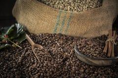 Kopp kaffe, p?se och skopa p? gammal rostig bakgrund arkivfoto